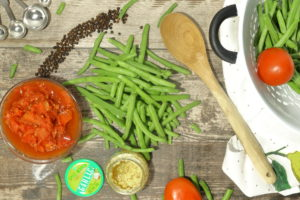 Raw green beans with salt, pepper and garlic